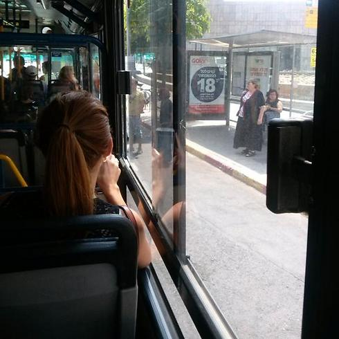 האוטובוס לא מגיע למדרכה - הסיבה: עוד מכונית חוסמת (לרה פארן)