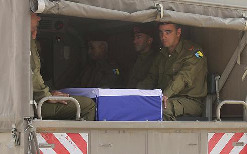 חיילים לצד ארונו של עציון             (צילום: עידו ארז) (צילום: עידו ארז)