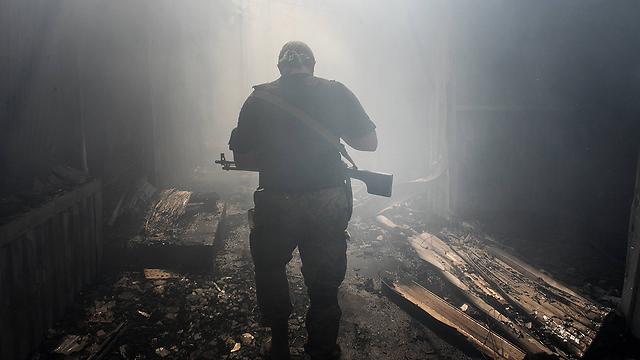 אחד הבדלנים הפרו-רוסים בשוק הרוס בדונייצק (צילום: AP) (צילום: AP)