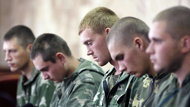 חיילים רוסים שנפלו בשבי באוקראינה (צילום: AFP PHOTO / UNIAN AGENCY/ VOLODYMYR GONTAR) (צילום: AFP PHOTO / UNIAN AGENCY/ VOLODYMYR GONTAR)