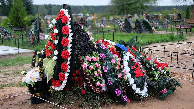 קבר של חייל שנטמן ברוסיה, ושלפי החשד נהרג באוקראינה (צילום: רויטרס) (צילום: רויטרס)