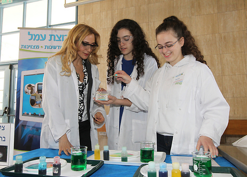 Girls to science. 'We changed the gender representations in our textbooks' (Photo: Rafi Deloya)