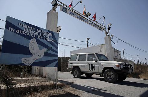 Armored UN vehicle at Qunitera border crossing, Saturday morning (Photo: AFP)