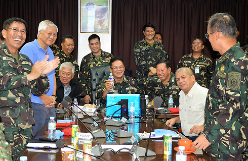 Philippine army commanders reacting to news their troops were freed from captivity in Syri (Photo: AFP)