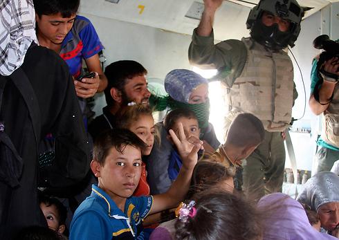 הנצורים במקום מבטחים, אצל צבא עיראק (צילום: AP) (צילום: AP)