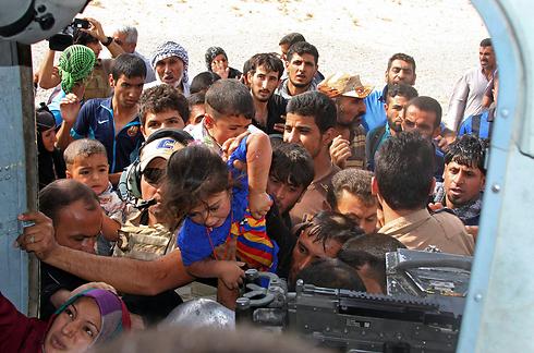הפינוי למסוק מהעיירה הטורקמנית (צילום: AP) (צילום: AP)