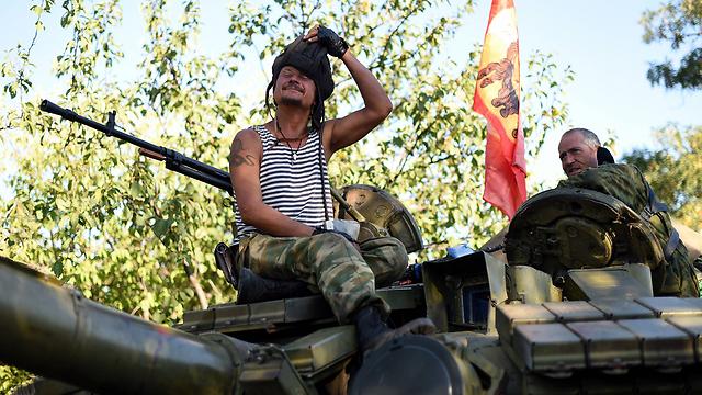 מורדים פרו-רוסים ליד דונייצק (צילום: AFP) (צילום: AFP)