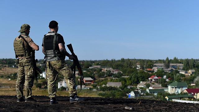 חיילים מצבא אוקראינה משקיפים על פאתי מריופול (צילום: AFP) (צילום: AFP)