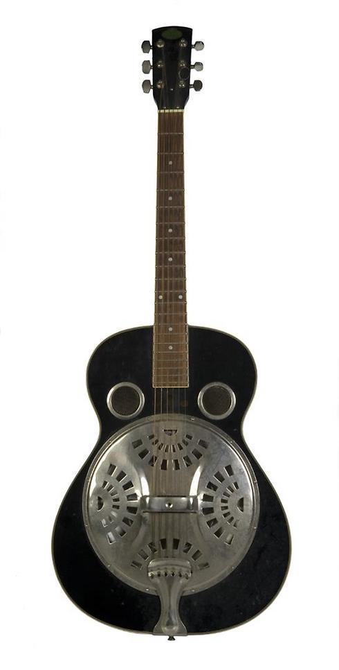 גיטרת ה-Regal של איימי (באדיבות המוזיאון היהודי בלונדון ומשפת ווינהאוס ) (באדיבות המוזיאון היהודי בלונדון ומשפת ווינהאוס )