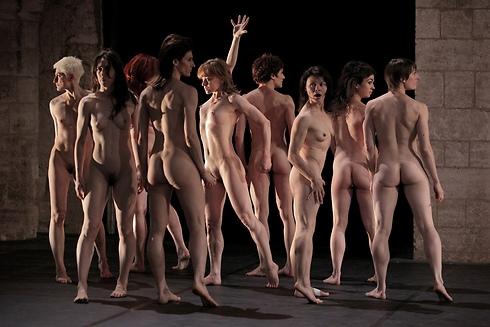 הגוף עוטה את העירום כבגד (צילום: Francois Stemmer) (צילום: Francois Stemmer)