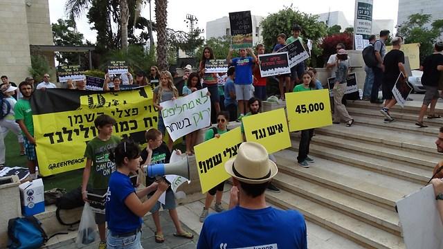 הפגנת ארגון מגמה ירוקה, מחוץ לדיון בועדה היום (צילום: דב גרינבלט, דובר החברה להגנת הטבע)