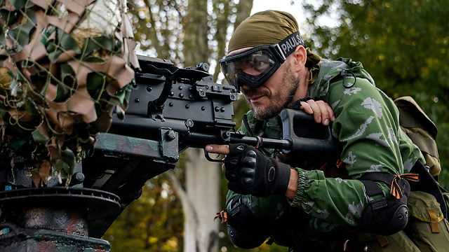 מורד פרו-רוסי בדונייצק (צילום: AP) (צילום: AP)