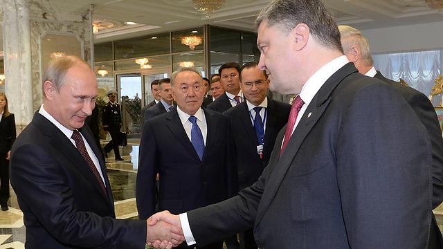 אירופה לא מעוניינת להרחיב הסכסוך עם רוסיה לזירה נוספת. פוטין ונשיא אוקראינה פורושנקו (צילום: AP) (צילום: AP)