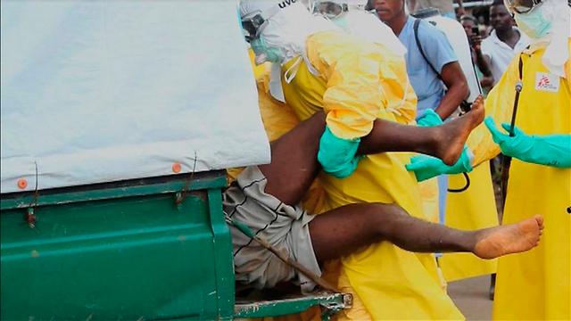 מפנים בכוח את החולה הנמלט (צילום: רויטרס) (צילום: רויטרס)