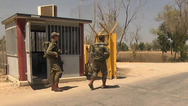 IDF personnel outside Nahal Oz (Photo: Roi Idan)