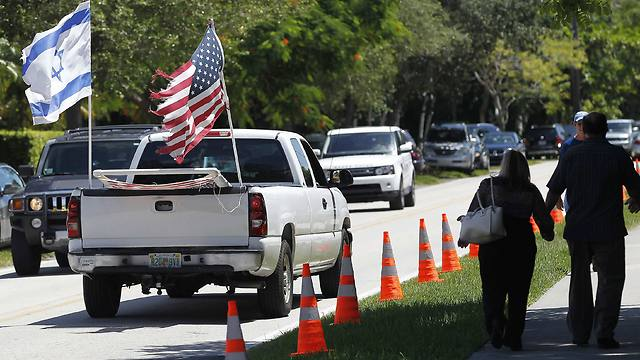 Vehicle displaying American and Israeli flags is seen in front of Temple Beth Am (Photo: Reuters) (Photo: Reuters)