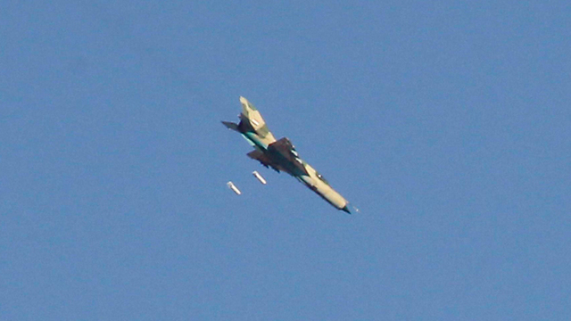 מטוס של צבא סוריה תוקף בראקה             (צילום: רויטרס) (צילום: רויטרס)