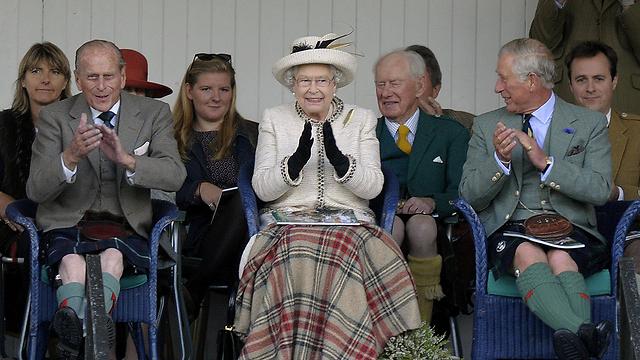 תיפגש עם קמרון היום. המלכה אליזבת בפתיחת משחקי הרמה בסקוטלנד (צילום: AFP) (צילום: AFP)