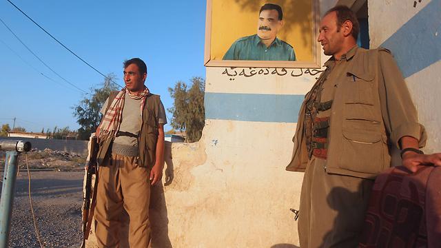 לוחמי ה-PKK עם תמונת עבדאללה אוצ'לאן במחמור (צילום: AFP) (צילום: AFP)