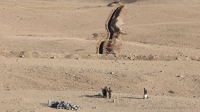 לוחמים כורדים מקימים מוצב במסגרת המלחמה בדאעש (צילום: AFP) (צילום: AFP)