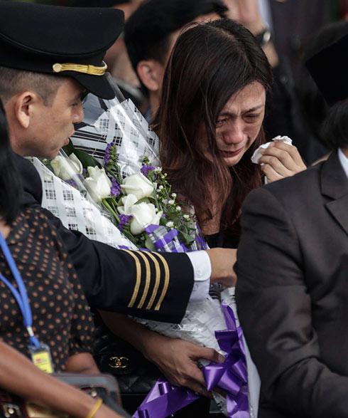 איבדה את בעלה. רעייתו של קברניט המטוס המלזי, יוג'ין צ'ו (צילום:EPA  ) (צילום:EPA  )