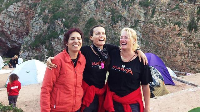 סמדר (באמצע) עם האחות האמיתית ואחות חדשה  (צילום: איה בן עזרי) (צילום: איה בן עזרי)