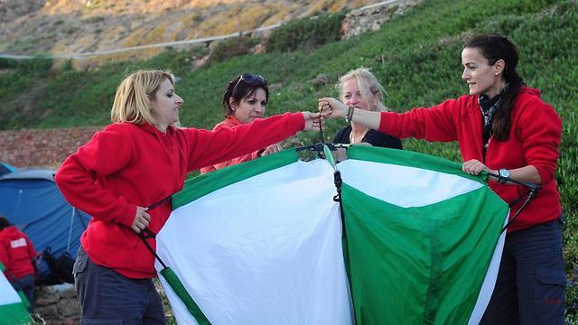 מילא להטיס מטוס אבל איך בונים אוהל? (צילום: איה בן עזרי) (צילום: איה בן עזרי)