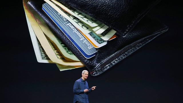 """מנכ""""ל אפל טים קוק מסביר על שירות התשלום, """"ימי הארנק ספורים"""" (צילום: AFP) (צילום: AFP)"""