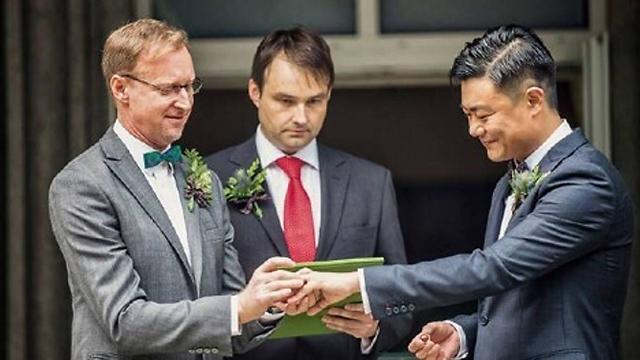 רגע השיא בחתונה. דיווידסון וצ'אנג (צילום: AFP PHOTO / COURTESY OF BRIAN DAVIDSON)