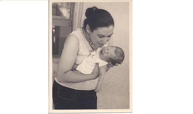 """נעמי שמר עם בתה, ללי. """"אמא העידה על עצמה ששכחה להתבגר"""" (צילום: אלבום פרטי) (צילום: אלבום פרטי)"""