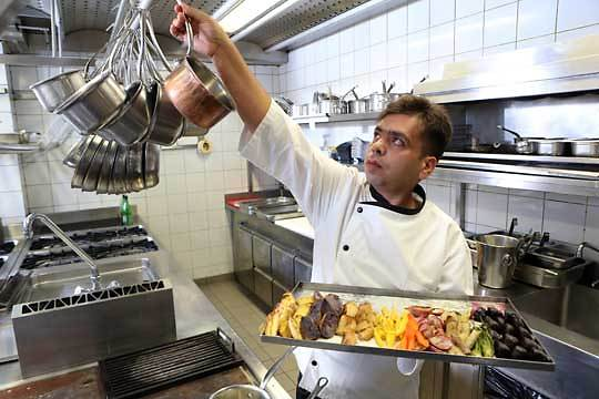 """שלט כמו שד בכל הפרטים. כהן במטבח של מסעדת """"רפאל"""" (צילום: אלכס קולומויסקי)"""