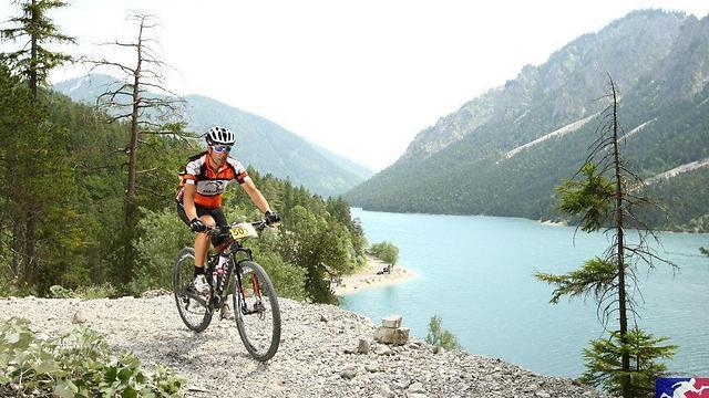 תומר חוצה את האלפים על אופניים ( ) ( )