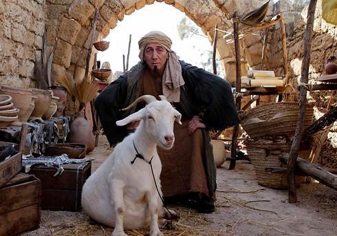 """סוף סוף עולים לאוויר. מוני מושונוב מתוך """"היהודים באים"""" (צילום: מיכל אפרתי )"""