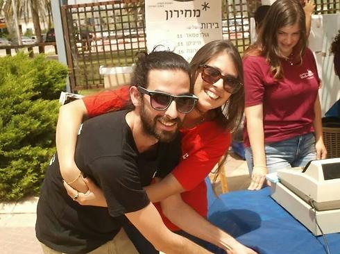 הסטודנט לירן כץ עם בת זוגו, בהקמת הפאב החדש באופקים (צילום: שלו אהרון) (צילום: שלו אהרון)
