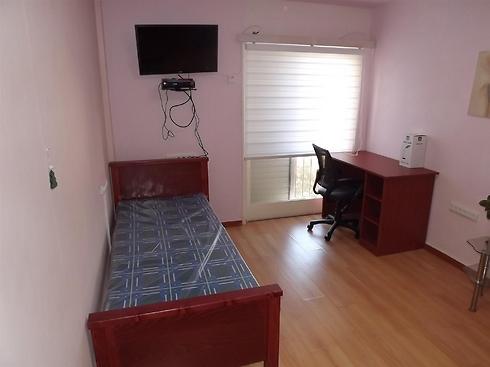 חדר שינה בדירת סטודנטים בנשר (צילום: אייל לרמן / עיריית נשר) (צילום: אייל לרמן / עיריית נשר)