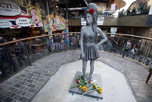 ובינתיים בקמדן שבלונדון הוצב פסל בדמותה של וויינהאוס, לציון 31 שנה להולדתה (צילום: AP) (צילום: AP)