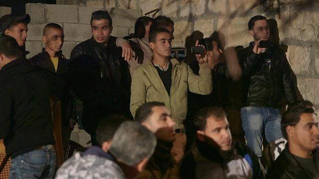 """מצלמים מהזווית שלהם. תושבי אל-מידיא בהקרנת """"חירבת חיזעה"""" (צילום: דני גל) (צילום: דני גל)"""