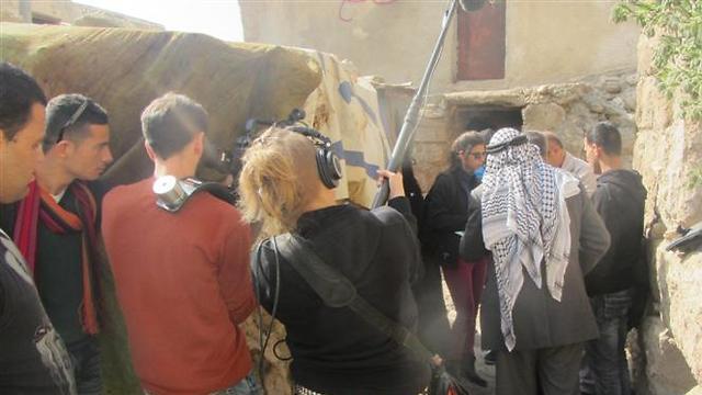 מצלמים בכפר אל-מידיא. עכשיו הוא מעבר לחומת ההפרדה (צילום: דני גל) (צילום: דני גל)