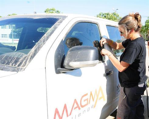 שרון פרנקו והג'יפ של מאגמה (צילום: איה בן עזרי) (צילום: איה בן עזרי)