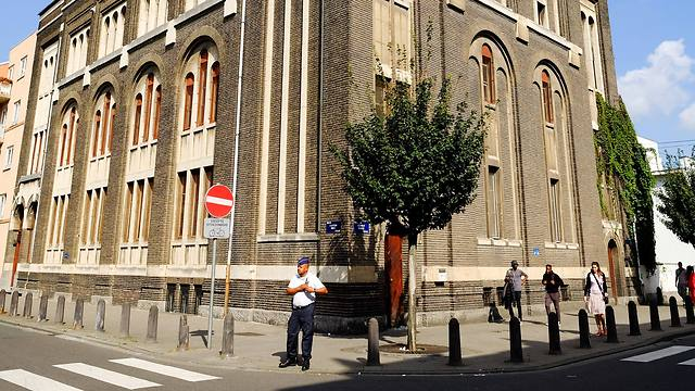 Police officer guards Brussels synagogue (Photo: EPA)