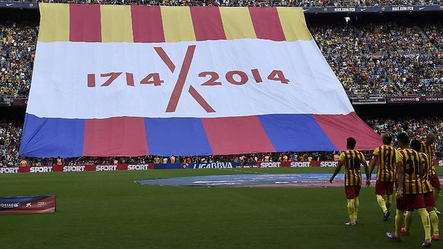 דגל קטלוניה במשחק של ברצלונה (צילום: AFP)
