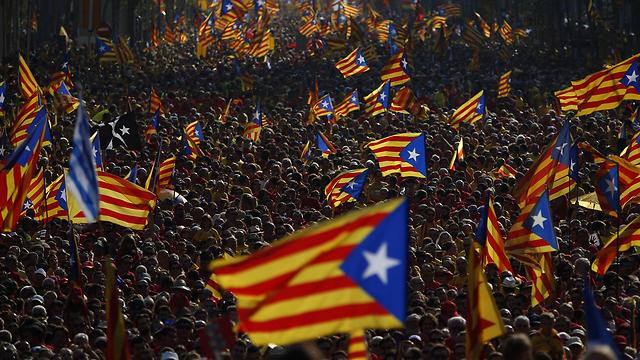 הפגנה בעד עצמאות קטלוניה מספרד (צילום: AP)