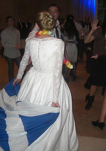 חתונות בכיפה וקילט הן חזון נפרץ בקרב הקהילה היהודית הסקוטית. בצילום: כלה יהודייה עם דגל סקוטלנד (צילום: אלן היימן) (צילום: אלן היימן)