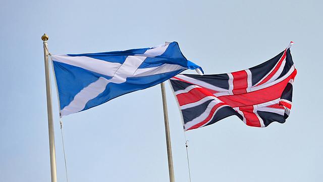 כנראה לא נראה בקרוב פרלמנט לאנגלים בלבד. דגל היוניון ג'ק לצד הדגל הסקוטי (צילום: AFP) (צילום: AFP)