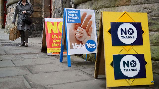 כרזות בעד ונגד באדינבורו (צילום: AFP) (צילום: AFP)