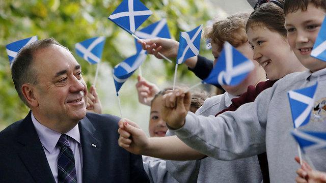 """סלמונד. """"לכו להצביע עצמאות"""" (צילום: AP) (צילום: AP)"""