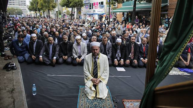Muslims attend a public pray as part of a protest against  Islamic State terror in Berlin (Photo: AP) (Photo: AP)