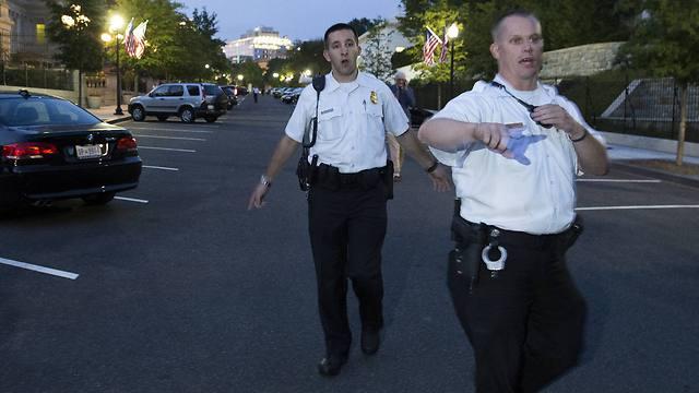 מפנים אנשים בסמוך לבית הלבן (צילום: AP) (צילום: AP)
