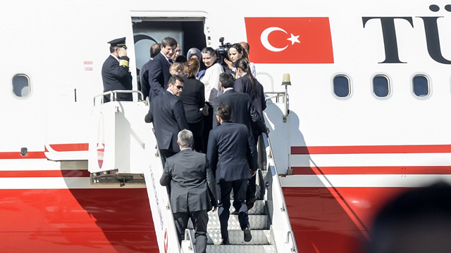 ראש ממשלת טורקיה נכנס למטוסו עם בני ערובה ששוחררו, שדה התעופה בסנליורפה (צילום: AFP) (צילום: AFP)
