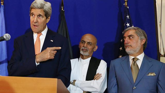 ניצחון גדול למזכיר המדינה האמריקני שהציע לחלוק את השלטון. קרי, ראני (במרכז) ועבדאללה (צילום: AP) (צילום: AP)